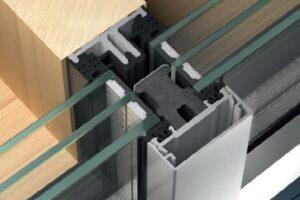 Schüco's højisolerende løsning, hvor aluminium monteres oven på en bærende trækonstruktion, AOT (Alu on Timber), med 3-lags termorude.