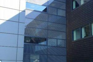 Alufacade i system Schüco FW50+ hos Novo Nordisk. Vinduerne er monteret med structural glazing, for at opnå en hel plan facade.